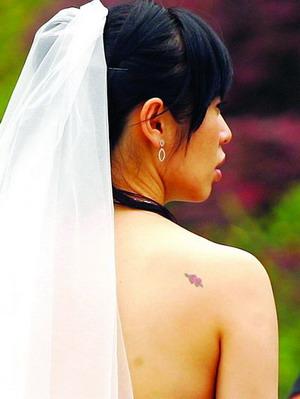 肩胛玫瑰花纹身