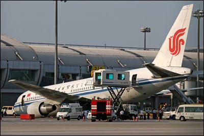 首都机场客机前起落架意外收起机头着地
