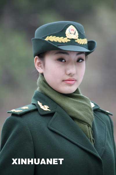 这是武警07式将官常服大衣. 新华社发(刘胜摄)-中国武警部队8月起图片