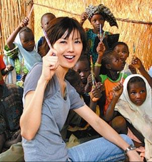日前,著名歌手孙燕姿赶赴非洲尼日塔瓦探访营养不良的贫困儿童,但随之