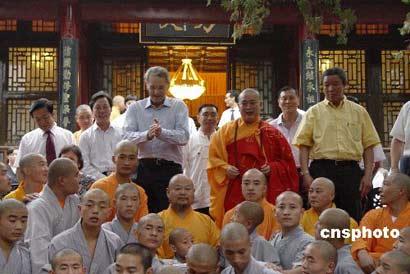 图为罗格和少林寺的武僧们合影图片