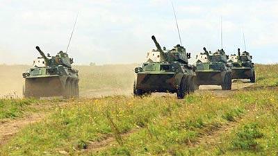 凤凰/解放军参演轮式突击炮部队向阵地前进