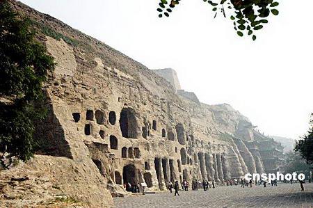 云冈石窟位于山西大同市西郊武周山北崖,石窟依山开凿,东西绵延1000米