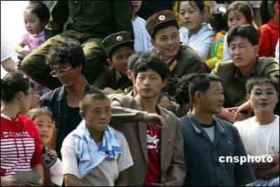 朝鲜国庆日民众游鸭绿江看中朝边境