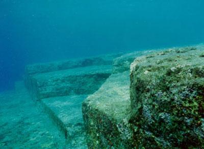 石头遗迹的研究,并曾多次潜入海底