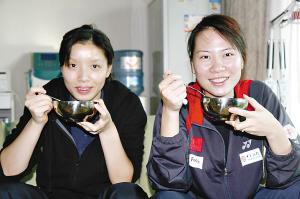 杨维(左)/张洁雯喝着