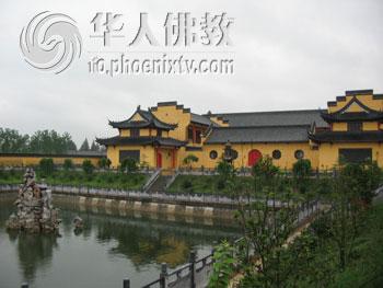 主体建筑大雄宝殿,由扬州建筑设计院设计,大殿的彩绘由我国著名彩画