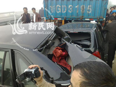 沪杭高速雾大数十辆车连环追尾