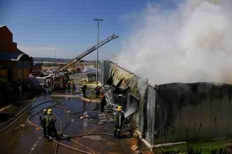 南非约堡一华人商城火灾损失惨重 给华商敲警钟
