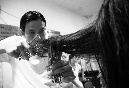 理发师单手持10把剪刀理发破吉尼斯纪录(图)图片