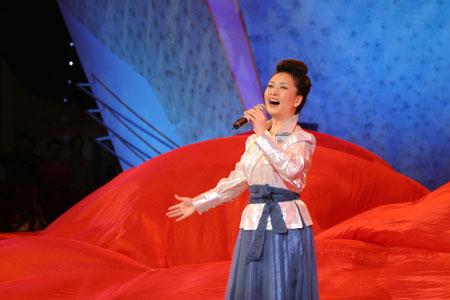 彭丽媛演绎花木兰 三位华人男高音歌唱家伴唱