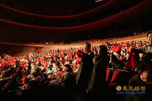 新春音乐盛典现场组图之主持人与台下观众互动