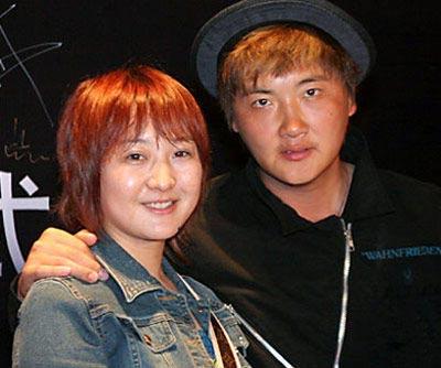 王菲最新生活照 与赵薇林丹亲昵合影(图)