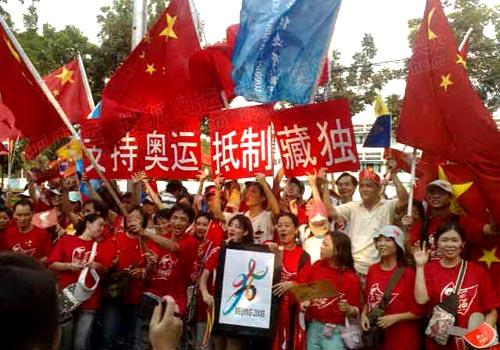 谷传递 华人与五星红旗随行