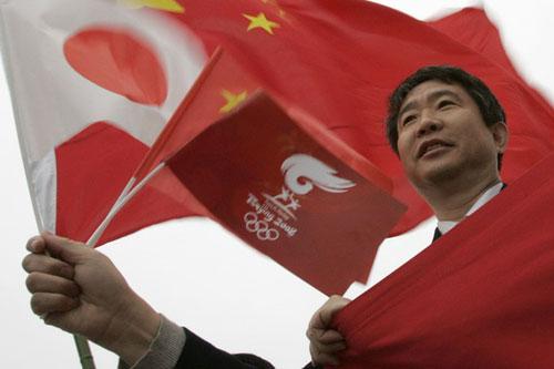 北京 东京/五星红旗,日本国旗,以及北京2008的旗帜同时飘扬