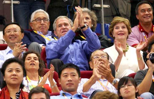 布什和家人观看中美篮球大战[组图]