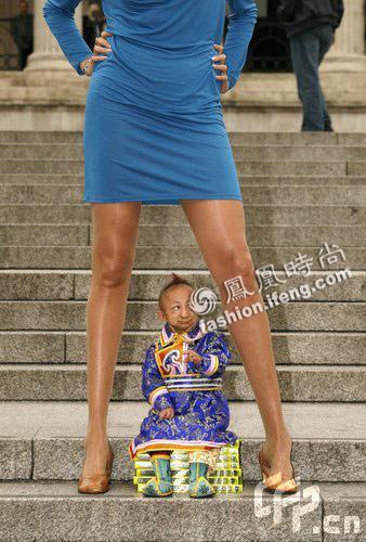 世界最矮男人站在最长美腿胯下