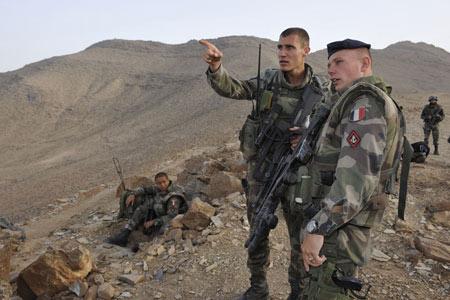乘坐直升机在山地降落的驻阿富汗法军部队