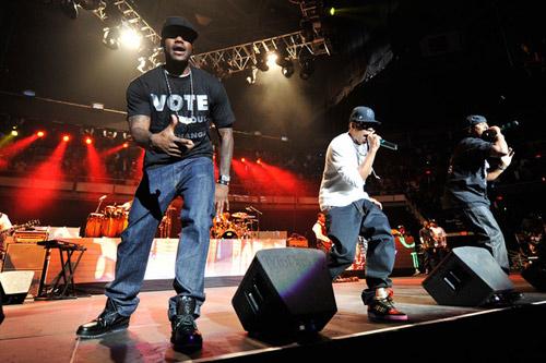 """帝皇李旭-NBA""""小皇帝""""勒布朗.詹姆斯(左)-NBA球星詹姆斯开演唱会为奥巴"""