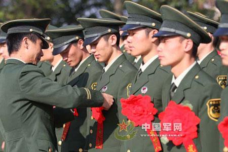 今年解放军退伍士兵的07式军服被全部收回图片