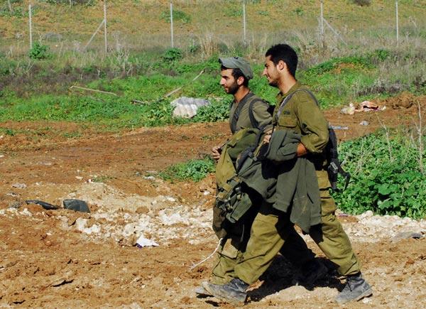 1月18日,从加沙地带撤出的以色列士兵抵达边境。以色列军方当日说,以军当晚开始从加沙地带撤军,但没有说明以军现阶段将撤出多少部队。