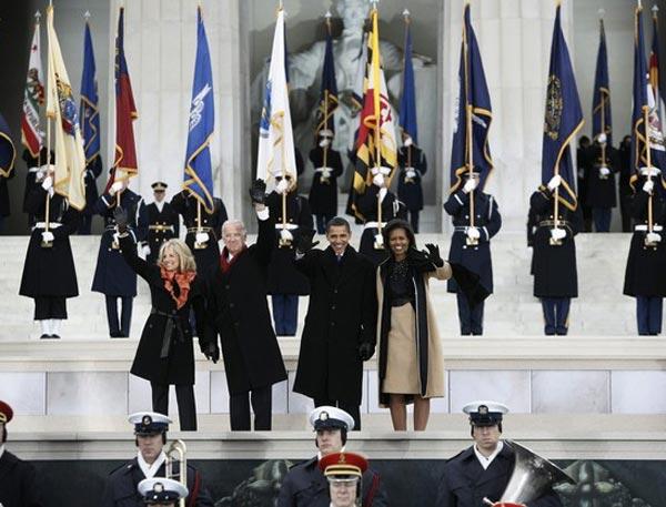 总统奥巴马夫妇与副总统拜登夫妇。