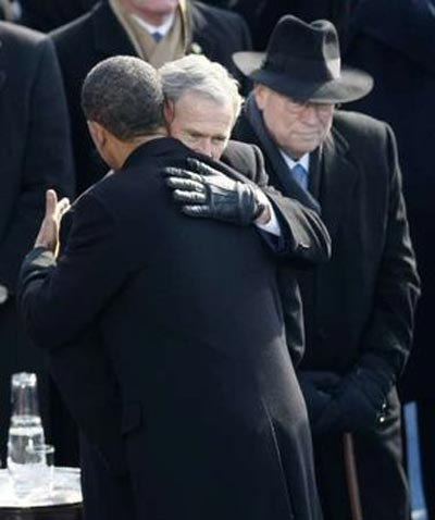 1月20日,奥巴马与布什相拥道别。