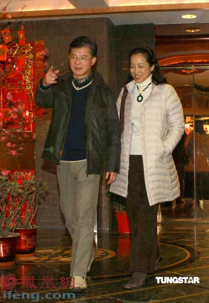 朱玲玲与丈夫罗康瑞_朱玲玲与老公罗康瑞黑白配 满面笑容共享二人晚餐_娱乐_凤凰网