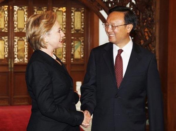 2月21日,中国外交部部长杨洁篪在北京与美国国务卿希拉里·克林顿举行会谈。