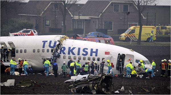 据路透社报道,土耳其交通部官员25日告诉CNN土耳其频道,土耳其客机在荷兰失事已经造成7人死亡,20人受伤。此前,土耳其交通部长曾称事故未造成人员死亡。