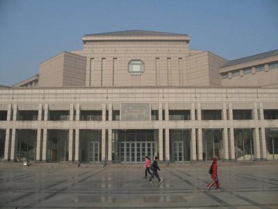 百周年纪念讲堂的建筑设计构思精巧,层次分明,错落有致,质感强烈,有