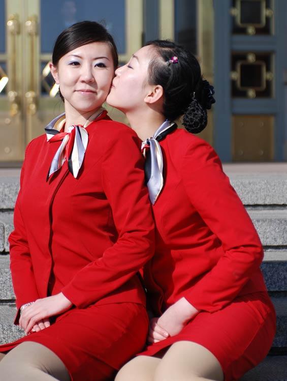 2009年3月5日上午,十一届全国人大二次会议在人民大会堂隆重开幕。这是某驻地的礼仪服务人员,靓丽的衣服和灿烂的笑容,使她们成为大会堂前和天安门广场的一道红色风景线。人民图片网