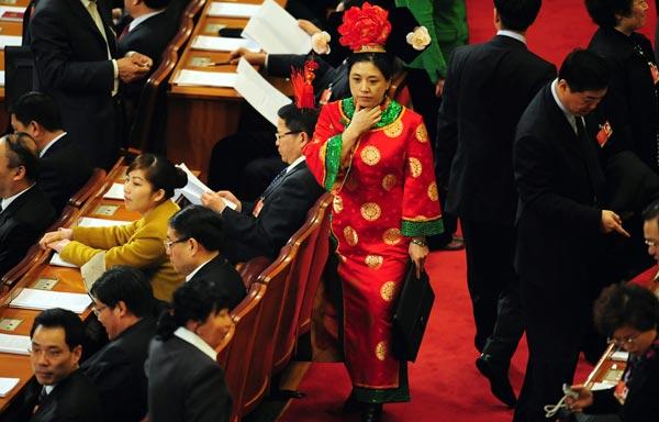 3月5日,一少数民族代表在人民大会堂。