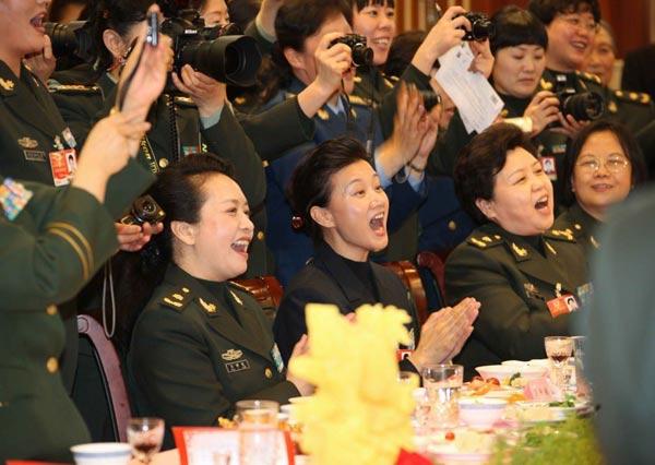 3月7日晚,出席十一届全国人大二次会议和全国政协十一届二次会议的解放军女代表、女委员举行联欢,喜迎三八国际劳动妇女节。新华社记者王建民摄