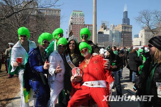 """3月14日,在美国芝加哥,流经市中心的芝加哥河被可食色素染成绿色。作为庆祝圣帕特里克节的一项主要内容,从1962年开始每年都有数十万芝加哥市民和游客聚在河两岸观看""""染绿""""河水的活动。圣帕特里克节是爱尔兰人纪念爱尔兰守护神圣帕特里克的节日,至今已有1500多年历史,这一节庆传统被爱尔兰移民带入美国。新华社记者 胡光耀摄"""