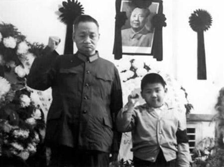 毛岸青与毛新宇一同悼念毛泽东