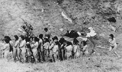 在乌克兰的南部村庄,一群德国党卫军正在集中乌克兰犹太人,此张照片是这些妇女在被屠杀前照的,其中还有抱着小孩子的犹太人妇女。
