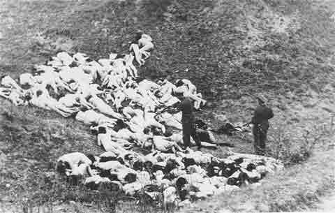 此张照片是被屠杀后的犹太妇女,她们都没有了衣服,横尸山野。