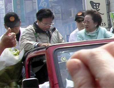 2004年3月19日下午1点45分左右,陈吕两人在台南市金华路三段以车队游行拜票时遭枪击,陈吕两人各中一枪,中枪后的陈水扁一度低头察看伤势。