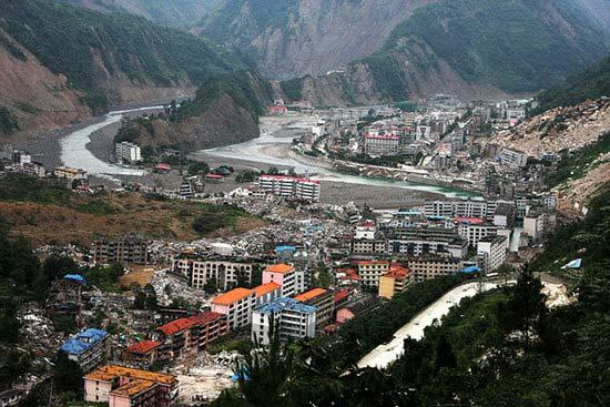 2008年5月12日14时28分,在中国四川龙门山脉断裂带,四川省十余个地市,40余万平方公里的大地上,发生千年不遇的8、0级大地震,能量超过数百颗广岛原子弹爆炸力的地震波!造成69197人遇难,374176人受伤,18237人失踪。1484509人无家可归。北川是遭受这次大地震最严重的地方。