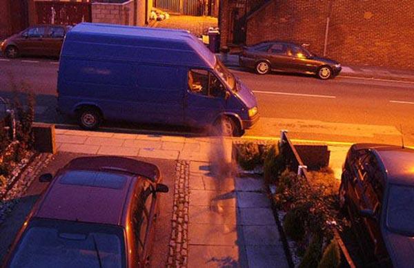 午夜鬼影:这张照片上,可以看到一个鬼影正在沿着小巷行走。但怀疑者称,这可能是曝光时间过长造成的。