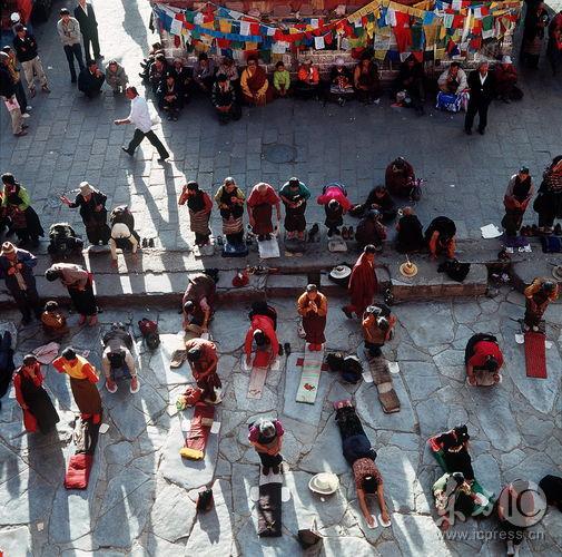 1999年9月,西藏拉萨,朝圣者在大昭寺前磕长头祈祷。