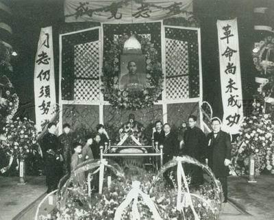 1925年3月12日,孙中山先生病逝于北京。图为先生家属在北京中山公园灵堂守灵。
