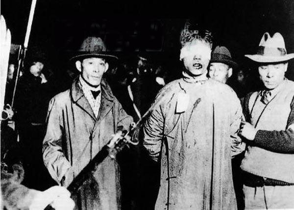1932年1月28日晚,被日军捕获将杀害的我便衣志士。这位志士双眼被蒙,嘴角有血痕,长衫上也有血痕,这是与敌人搏斗后留下的。