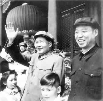 1954年10月1日,彭真陪同毛泽东在天安门城楼上检阅游行队伍