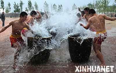河南省登封市塔沟武校学员练习铁掌功。