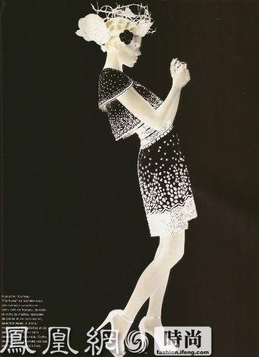 "《Numero》法国版2009年3月号最近曝光率已经够高了,这一次迅速送上由弗莱娅-贝阿 埃里克森 (Freja Beha Erichsen) 和海蒂 蒙特 (Heidi Mount) 搭档出演的""Couture""主题大片,不出意料的这一次是由最爱玩跨界的时尚多面手卡尔·拉格菲尔德 (Karl Lagerfeld) 担当摄影师。  眼尖的人们想必早已看出金色长发的是海蒂·蒙特 (Heidi Mount) ,而浅棕色短发的当然就是我们最爱的王子啦~和主题""Couture""相呼应的是两位麻豆的衣服均是来自香奈儿 (Chanel)、Armani Prive、艾历克西斯·马毕 (Alexis Mabille)、克里斯汀 拉克鲁瓦 (Christian Lacroix)、华伦天奴 (VALENTINO) 和纪梵希 (GIVENCHY) 的2009春夏高级订制系列。"