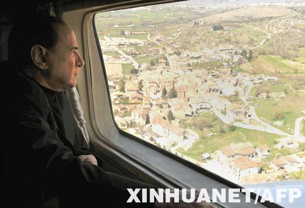 4月6日,意大利总理贝卢斯科尼乘飞机飞临意大利中部的地震灾区上空。