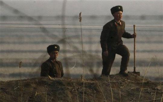 在中朝边境工作的朝鲜军人。