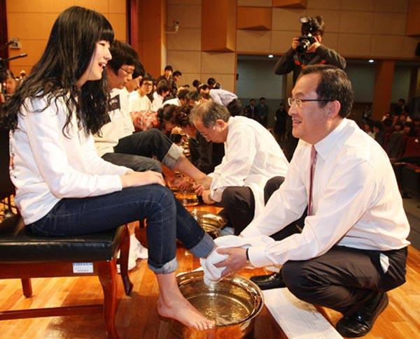韩国教授为学生洗脚_韩国大学教授帮学生洗脚以示关爱[图集]